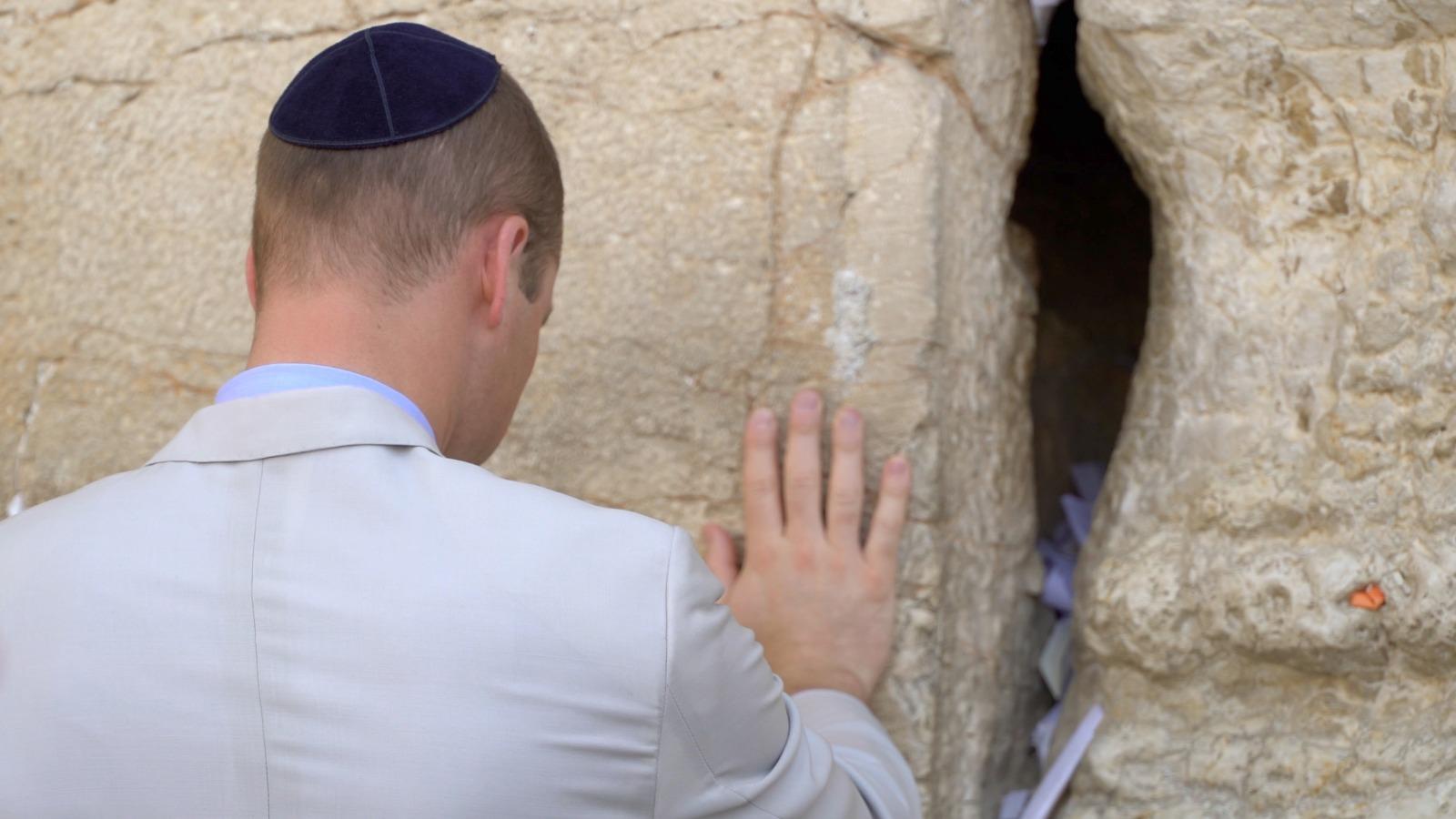 בכותל: הנסיך סיים את ביקורו בישראל • צפו
