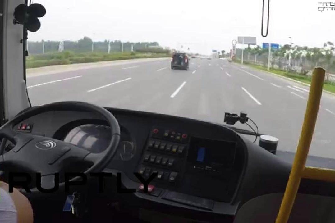 צפו: אוטובוס נוסעים חדש ללא נהג נוסע בכביש עירוני