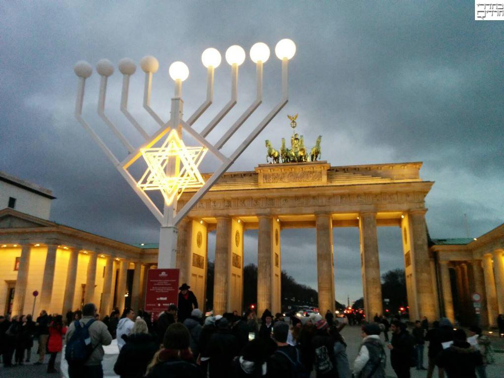 סיפור: הגר הגרמני שהדליק נרות במרכז ברלין