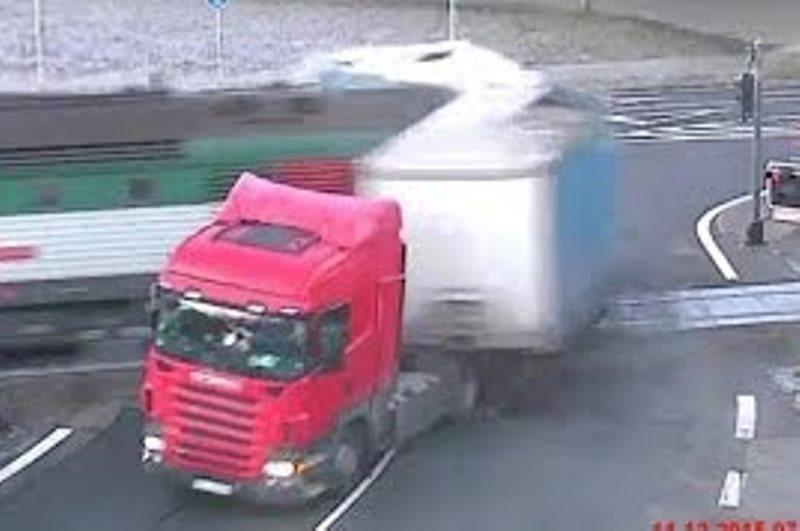 מפחיד: צפו במשאית שעברה באור אדום ונחצתה לשניים