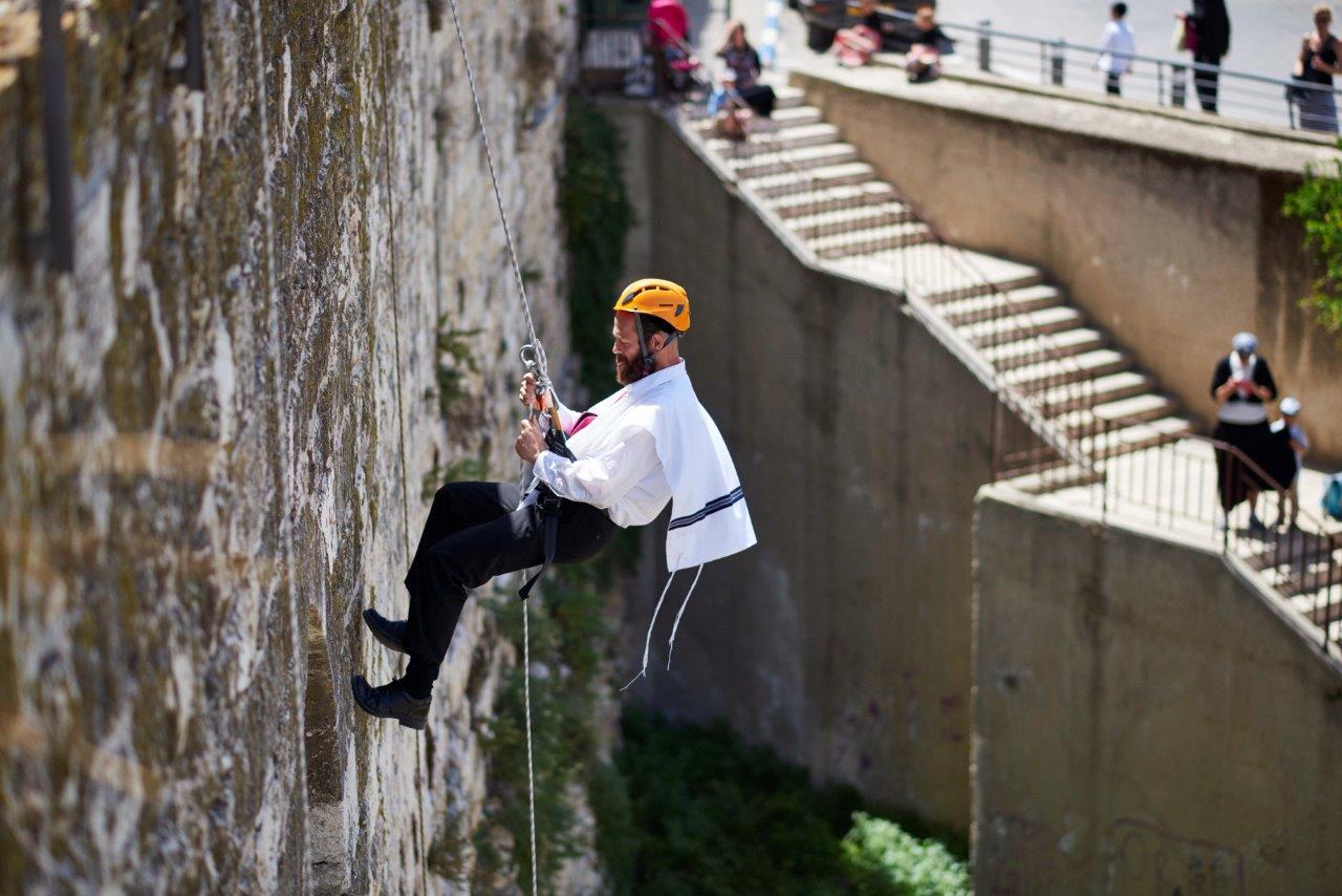 צפו: לטפס על החומות של ירושלים