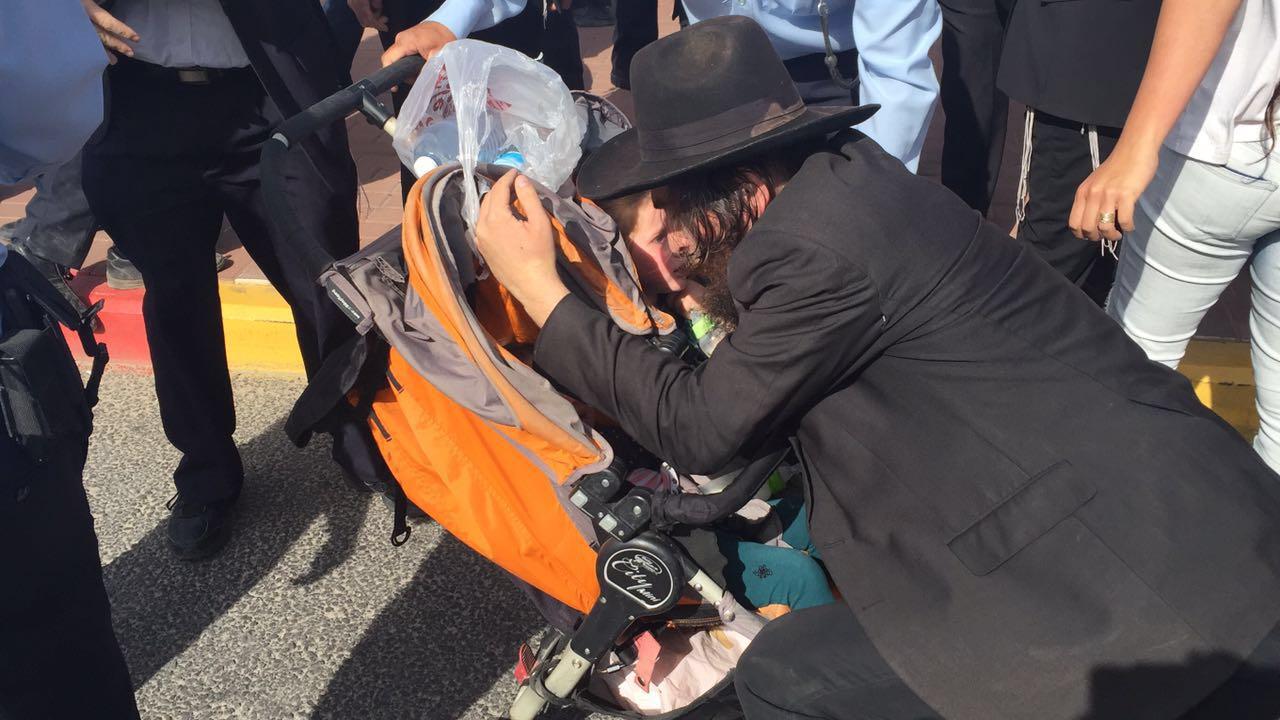 צפו: אברך עושה שימוש בילדיו כדי לחסום כביש