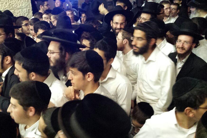 הרב אמנון יצחק מסר שיעור - מאות מחו וניסו לפרוץ פנימה
