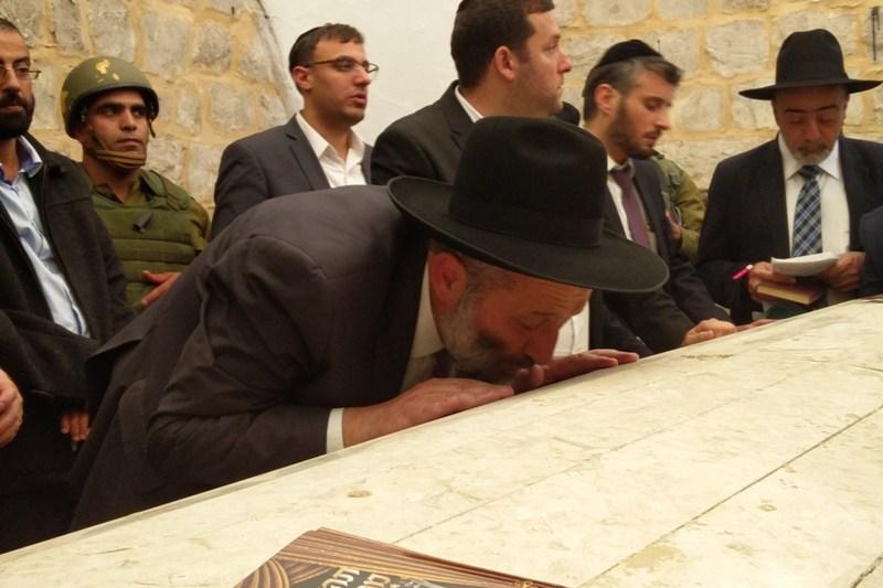 צפו בוידאו: דרעי בביקור חשאי בקבר יוסף