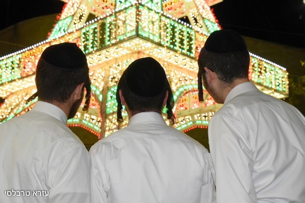 מרהיב: החסידים רקדו במגדל אייפל בירושלים