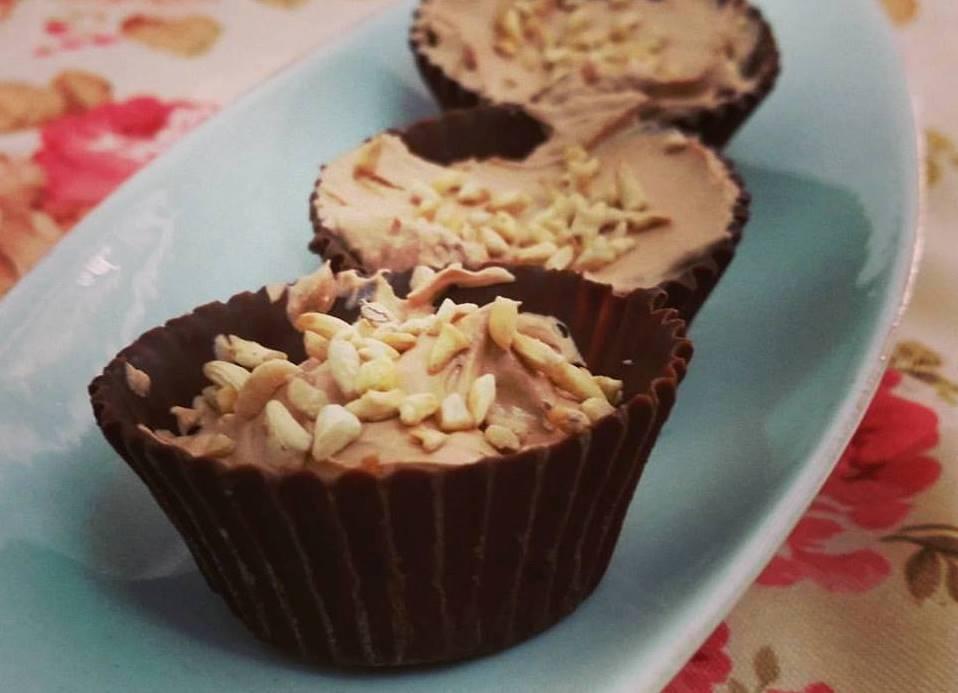 כוסיות שוקולד במילוי מוס,  תות ושברי קשיו