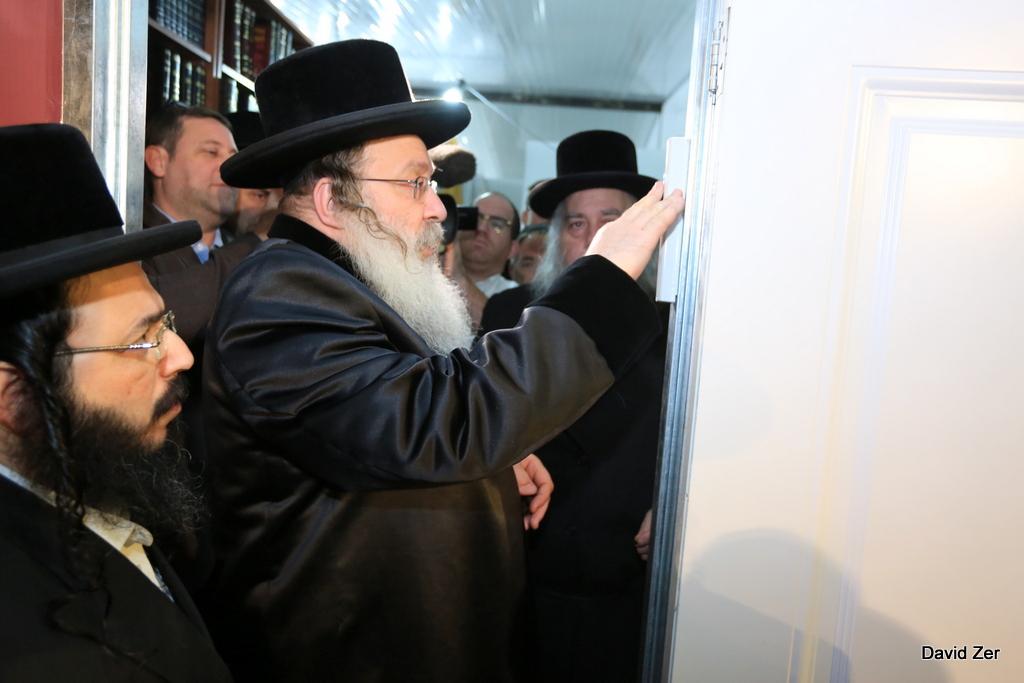 """תיעוד: האדמו""""ר מנדבורנה קבע מזוזה בבית הכנסת המרכזי"""