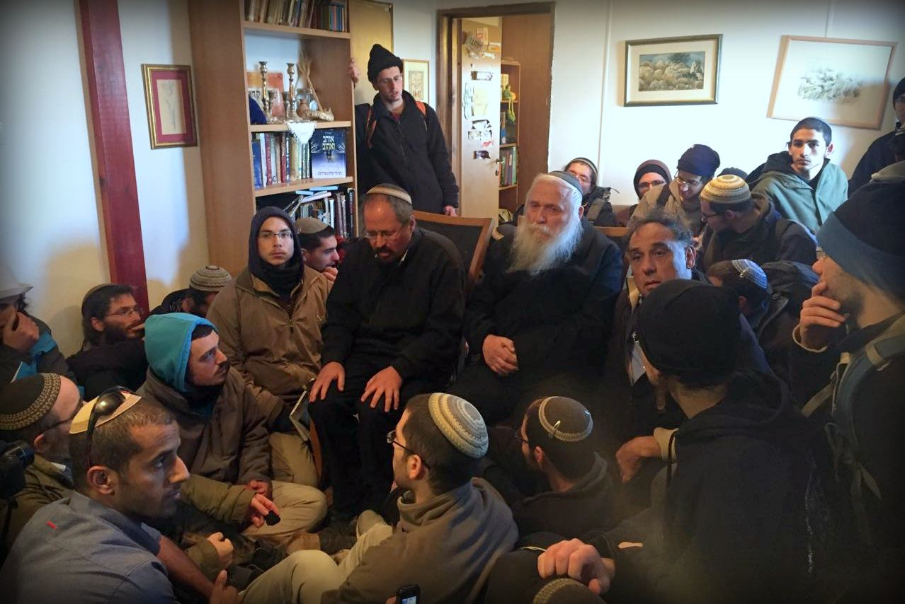 "Rav Drukman In Amona: ""Do Not Lift A Hand On The Police"""