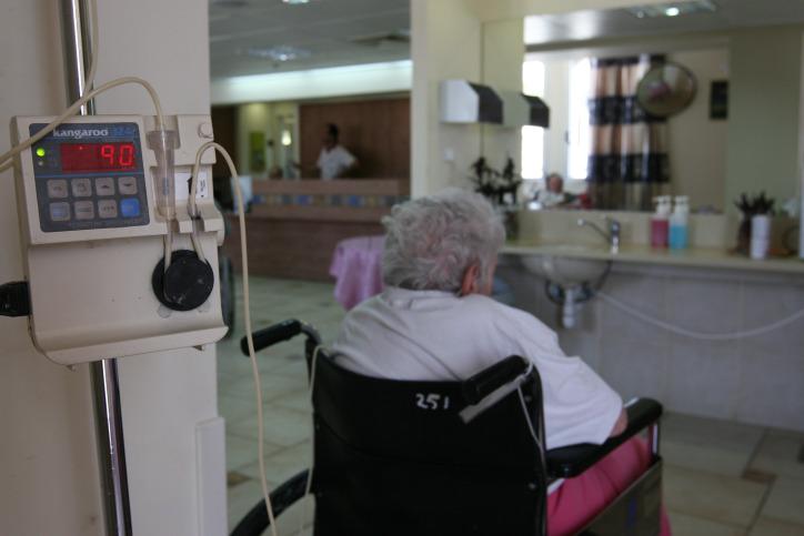 חברת הביטוח החליטה בשרירותיות: הקשישה לא זקוקה יותר לגמלת סיעוד