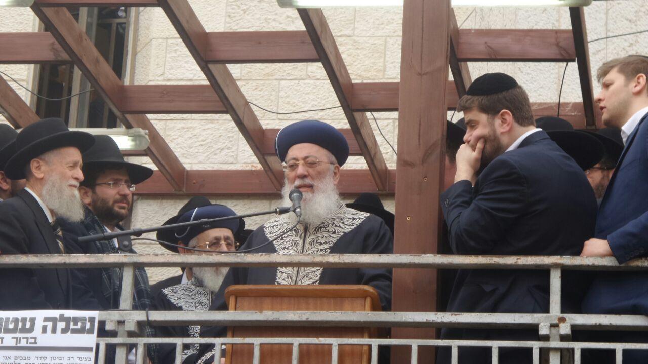 בהלוויה: הרב עמאר הכתיר את הבן ל