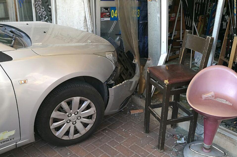 תיעוד: הרכב איבד שליטה ונכנס בחנות