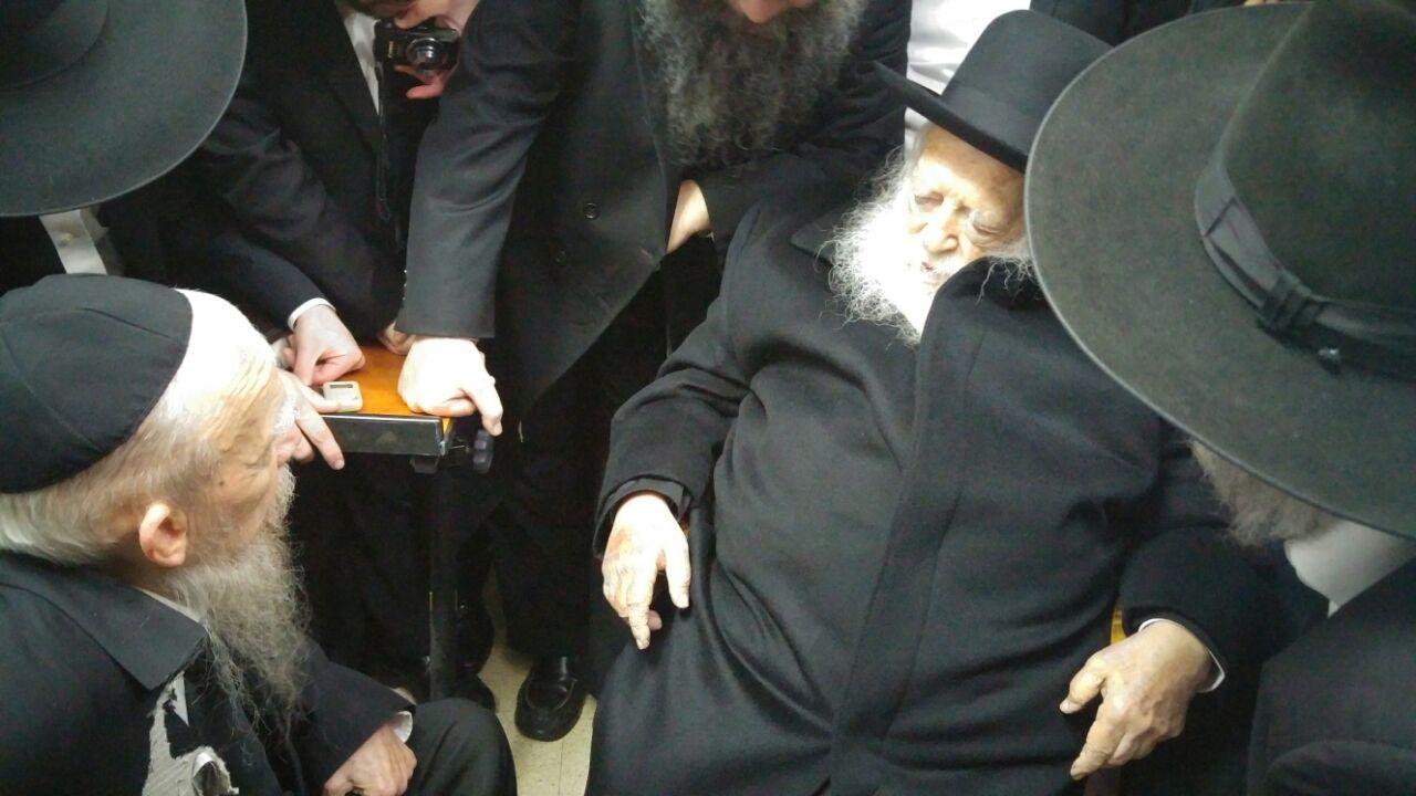 הרב קנייבסקי בניחום אצל הרב אדלשטיין: