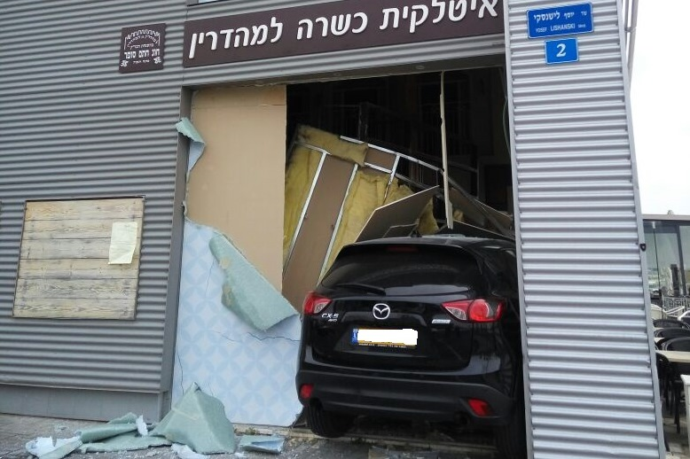 Jeep slams Into Restaurant In Rishon Le-Tzion