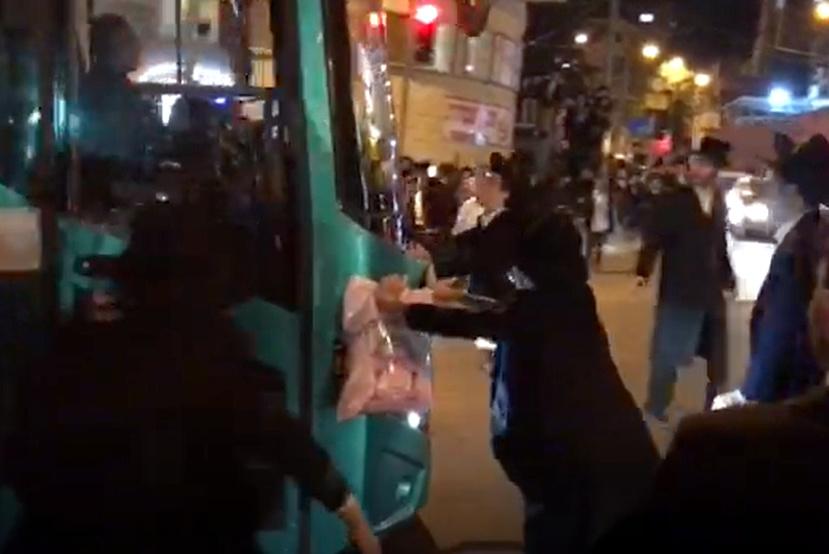 מטורף: אוטובוס נוסע לתוך קבוצת המפגינים